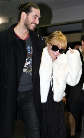 Ayumi Hamasaki comes back to Japan with her hubby ...